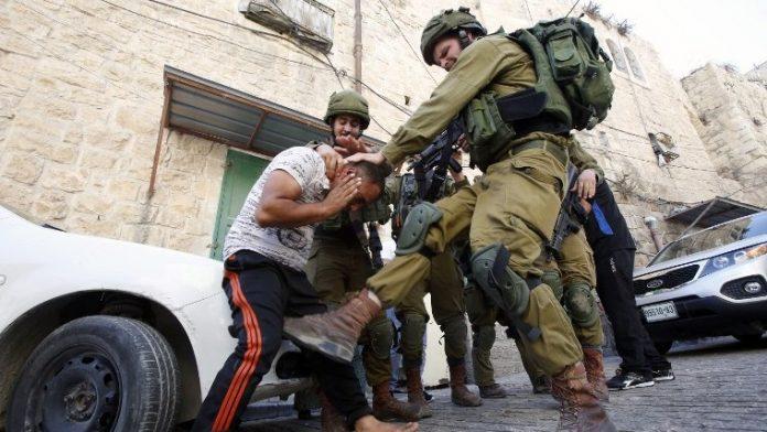 Des soldats tabassent un Palestinien pour une raison ridicule - VIDEO