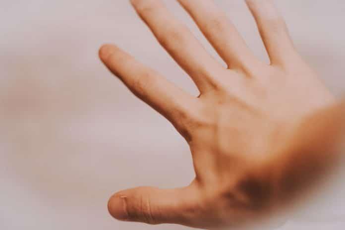 Il se ronge les ongles et doit se faire opérer d'urgence pour une grave infection