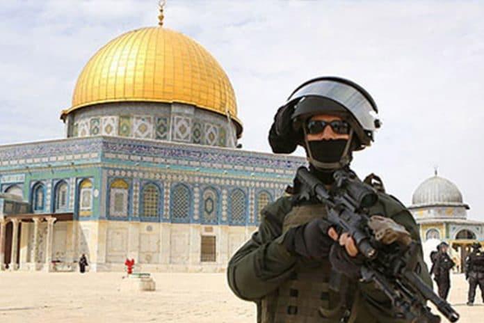 Israël arrête 13 Palestiniens qui sortaient de la mosquée Al-Aqsa après la prière