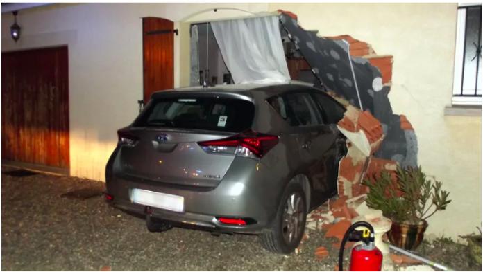 Insolite Un automobiliste encastre sa voiture dans sa propre maison