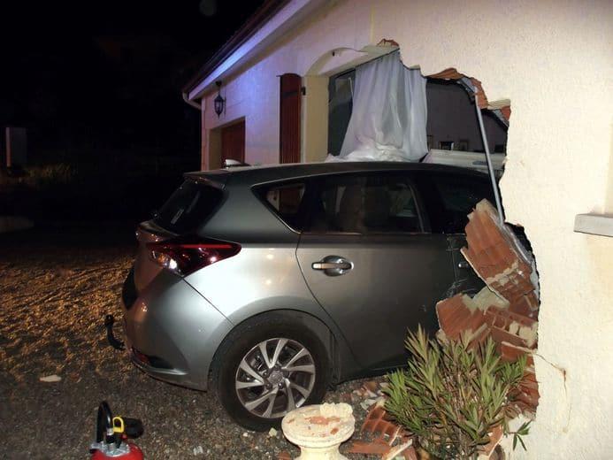 Insolite Un automobiliste encastre sa voiture dans sa propre maison3