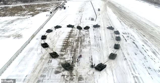 Un soldat russe demande sa fiancée en mariage au milieu de chars en forme de coeur - VIDEO