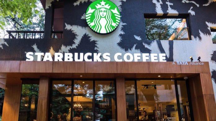 «Le café n'est pas essentiel» - les employés de Starbucks implorent la société de fermer ses boutiques