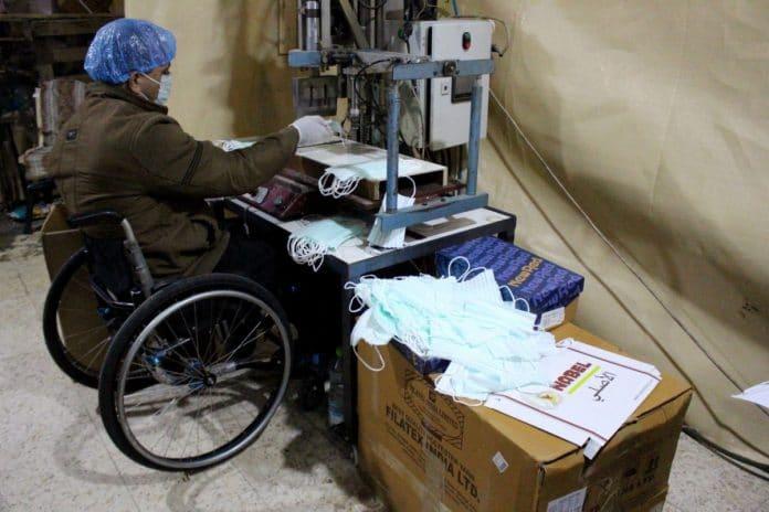 Cisjordanie - Un fabricant de chaussures palestinien a transformé son atelier pour fournir des masques à la population