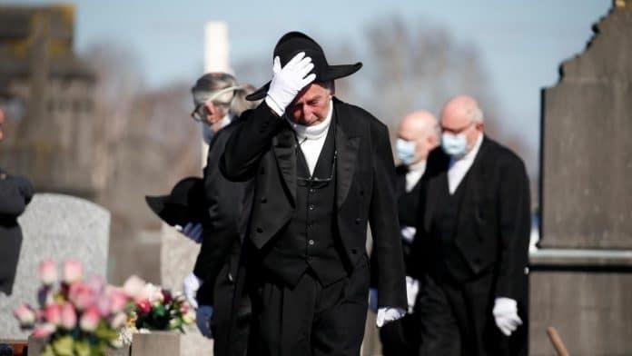 Coronavirus - Une famille assiste à l'enterrement d'un proche et se fait verbaliser