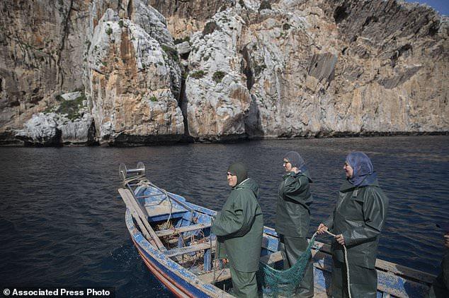 Des pêcheuses marocaines s'organisent et s'aventurent dans le royaume des hommes
