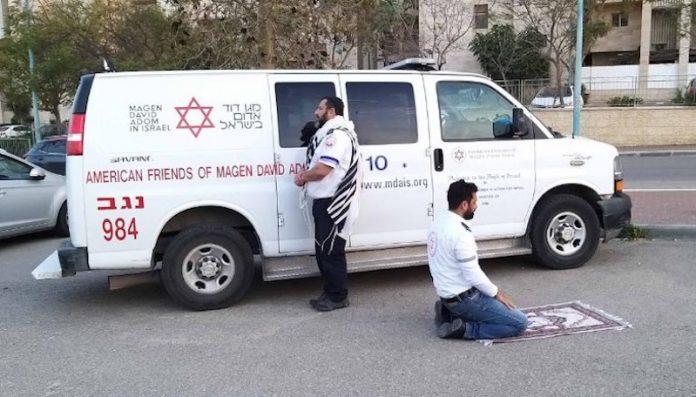 Deux ambulanciers, un juif et un musulman, prient ensemble lors de leur pause