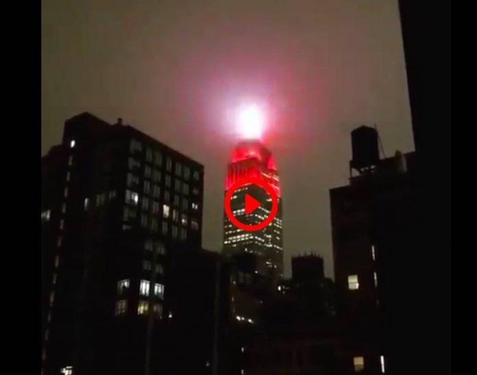 New-York Les gyrophares d'une ville assiégée jaillissent de l'Empire State Building (1)