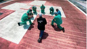Coronavirus - Aux Etats-Unis, des infirmiers prient chaque jour sur le toit de leur hôpital