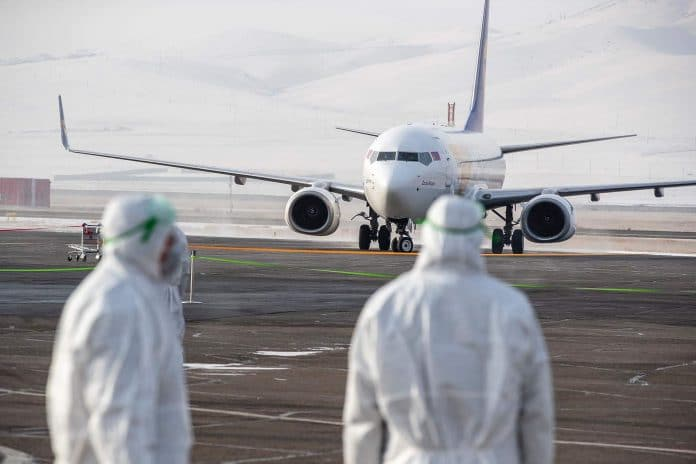 Coronavirus - Français et Américains se battent pour des masques à l'aéroport de Shangaï
