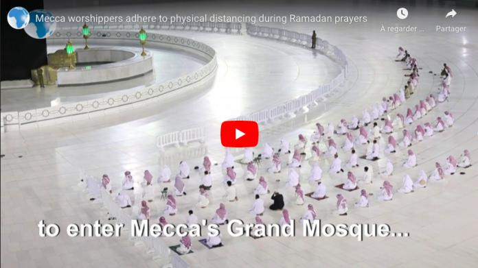 La Mecque les fidèles maintiennent les distances de sécurité pendant le Tarawih VIDEO