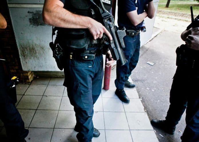 La police abat un mari violent alors qu'il battait sa femme