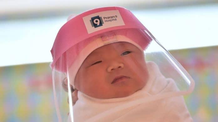 Thaïlande - des nouveau-nés reçoivent des masques adaptés pour les protéger du COVID-19