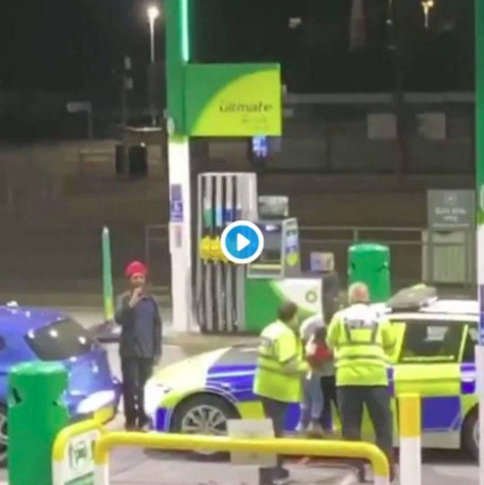 Choc un policier britannique tire sur un père au taser devant son jeune fils - VIDEO