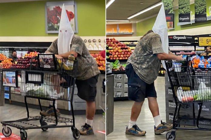 Coronavirus - un homme porte une cagoule du Ku Klux Klan pour faire ses courses