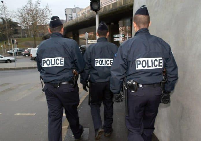 Deux policiers alcoolisés et drogués gazent un autre agent pour voir « ce que cela fait »