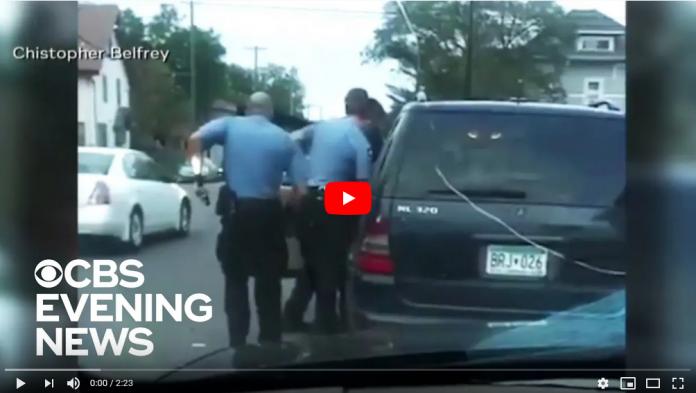 George Floyd : une nouvelle vidéo fait surface et montre 3 policiers en train de l'écraser