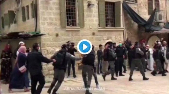 Jérusalem des policiers israéliens attaquent brutalement les Palestiniens pendant la prière de l'Aïd el-Fitr - VIDEO