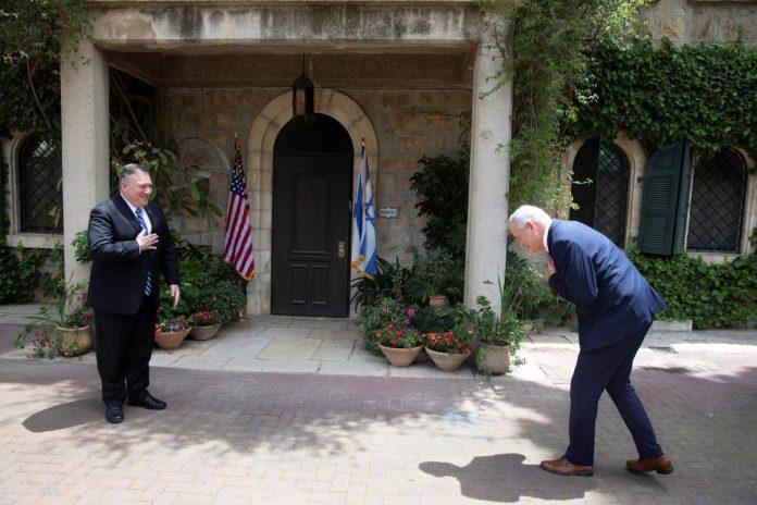Jérusalem - la photo du ministre de la Défense israélien s'inclinant devant Mike Pompeo suscite l'inquiétude