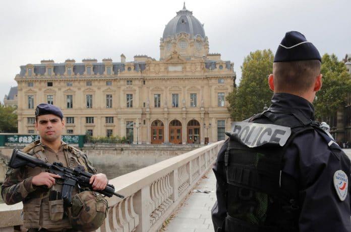 La Préfecture de police de Paris publie un document officiel contenant un symbole fasciste