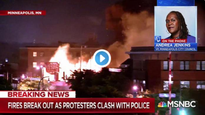 Le commissariat de Minneapolis prend feu lors des émeutes - VIDÉO