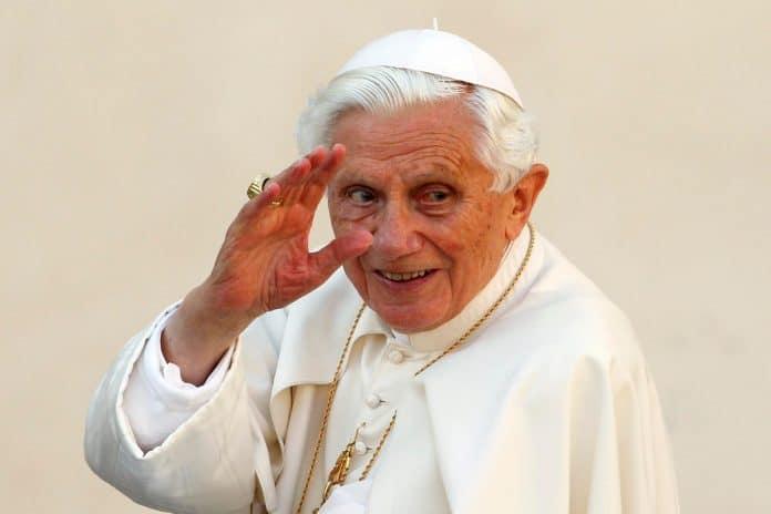 Le pape Benoît XVI s'attaque au mariage homosexuel et se fait critiquer pour ses positions sur l'Islam