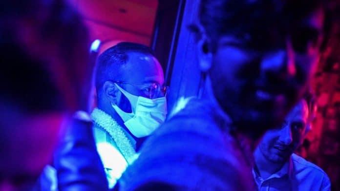 Les Américains inventent un masque qui devient fluo au contact du Covid-19