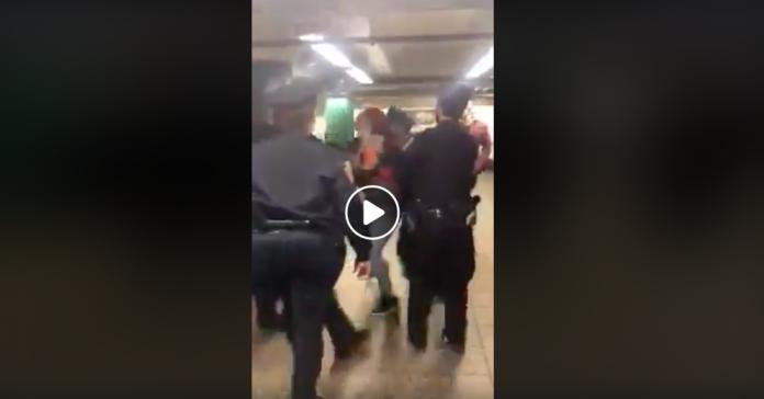 New-York la police arrête violemment une femme avec son enfant parce qu'elle portait mal son masque - VIDEO