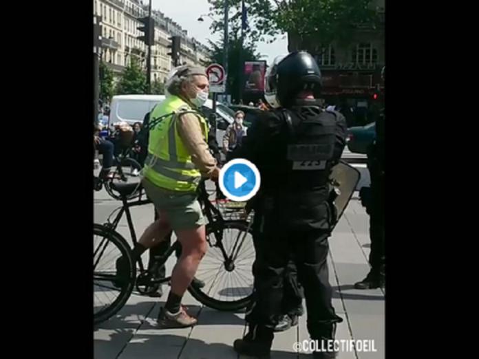 Un policier éternue volontairement sur un Gilet jaune à Paris - VIDÉO