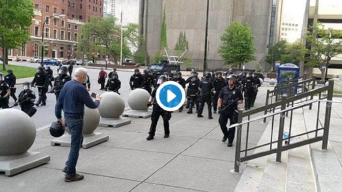Deux policiers américains s'en prennent à un homme âgé qui s'effondre en sang - VIDÉO