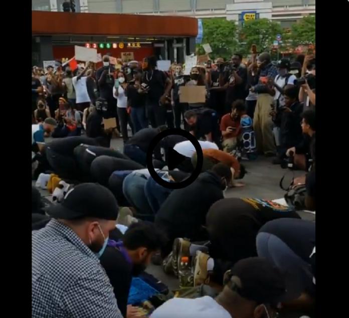 Les manifestants forment un cercle pour protéger les musulmans pendant leur prière - VIDÉO