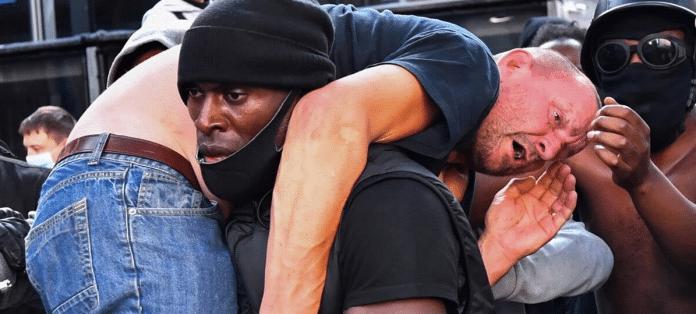 Londres : Un manifestant Black Lives Matter sauve un militant d'extrême-droite