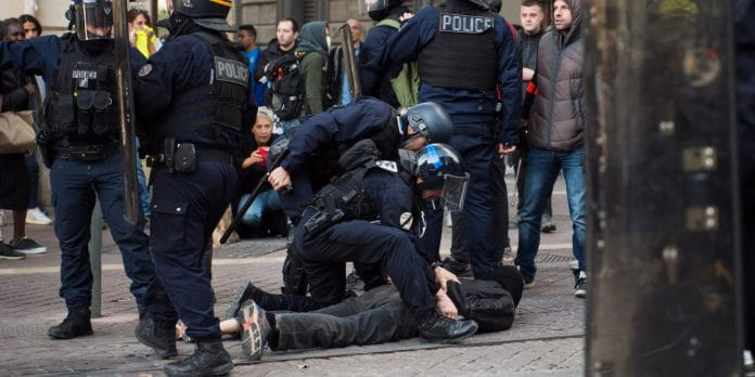 Police - Christophe Castaner maintient finalement la technique de l'étranglement en attendant son remplacement