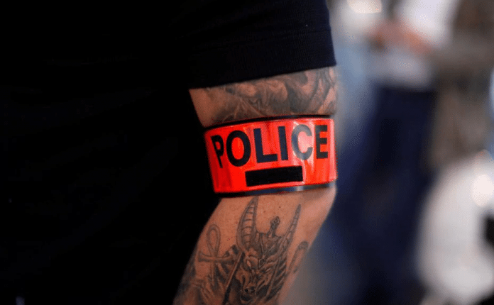 Un policier blesse sérieusement une collègue en lui faisant une clé d'étranglement