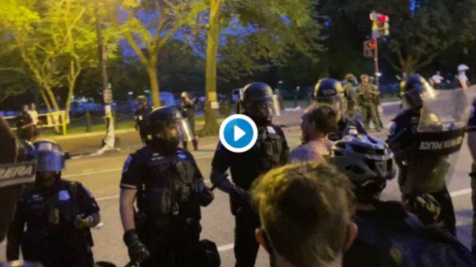 Washington un manifestant blanc provoque un policier noir pendant les manifestation Black Lives Matter
