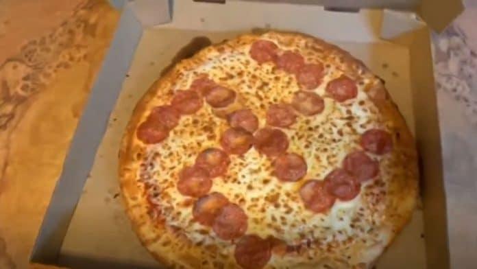 À la place de leur pizza habituelle, ils reçoivent une pizza