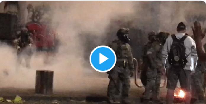 États-Unis : violemment frappé par la police, un homme reste debout et semble invincible