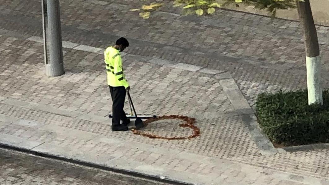 Ma femme me manquait- un nettoyeur de rues indien dessine un cœur sur un trottoir de Dubaï
