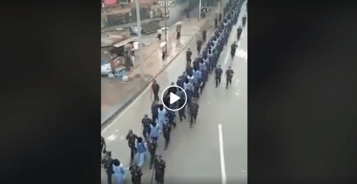 Chine les Ouïghours cagoulés en file indienne sont emmenés vers une destination inconnue