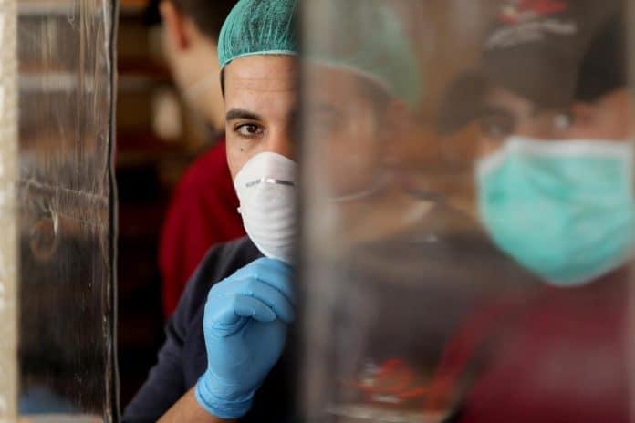 Des soldats israéliens détruisent le centre de test du coronavirus palestinien
