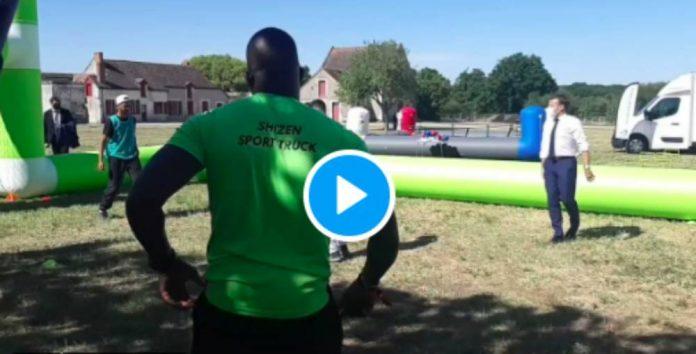 Emmanuel Macron joue au foot… et tire un boulet sur la tête d'un jeune