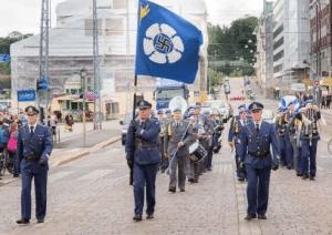 L'Armée de l'Air finlandaise défilant avec une swastika pour emblème