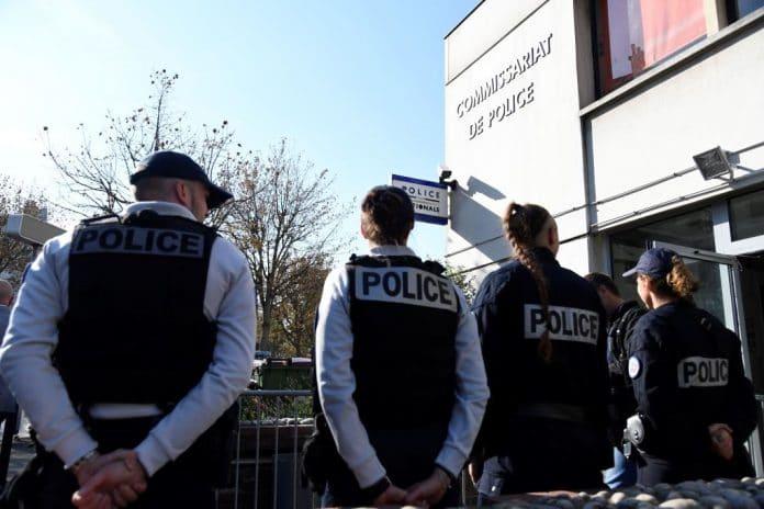 Seine-Saint-Denis : Des policiers jettent de la drogue sur un homme pour pouvoir l'interpeler
