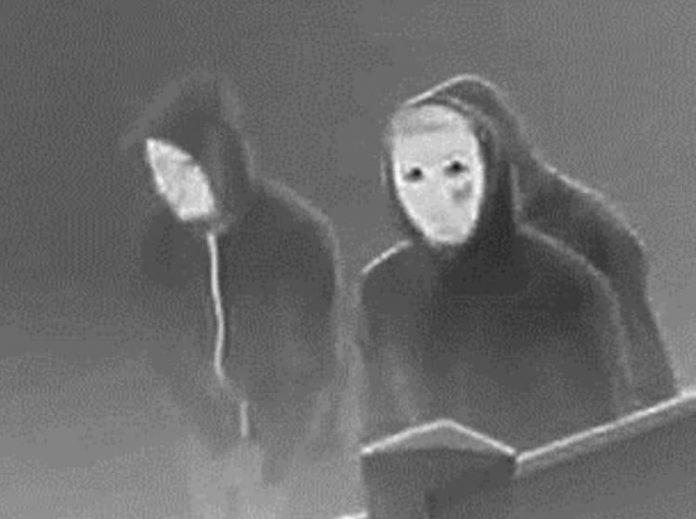 États-Unis : Trois hommes masqués tuent une famille musulmane en mettant leur feu à la maison