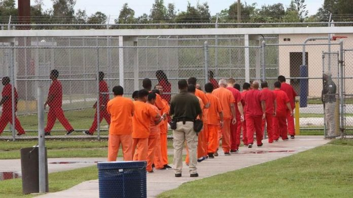 États-Unis : Un centre de détention nourrit les musulmans avec du porc et de la nourriture halal avariée