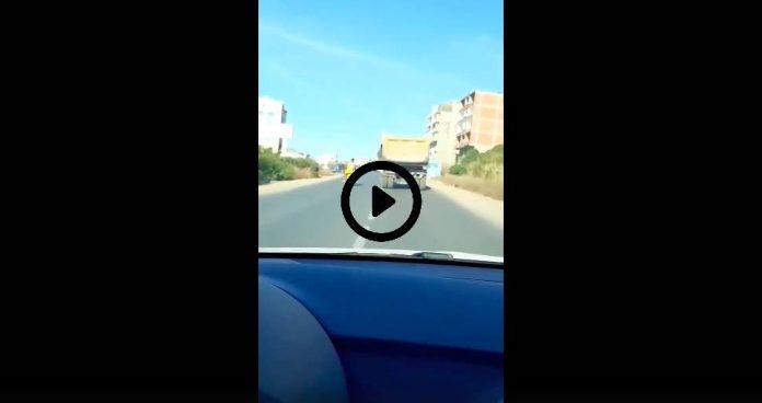 Algérie un chauffeur de poids lourd tente d'écraser une motocyclette sur la route de Bejaia - VIDEO (1)