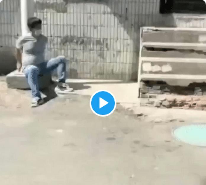 Chine : des habitants de Xinjiang menottés dans les rues pendant le reconfinement - VIDEO