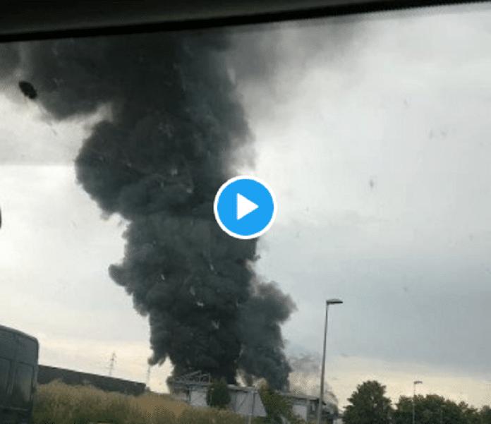 Clermont-Ferrand : incendie spectaculaire d'un entrepôt contenant des produits chimiques