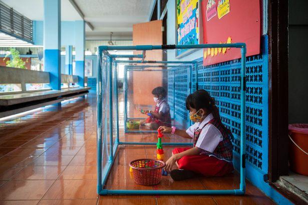 Coronavirus - les écoliers sont isolés dans des boîtes en plastique en Thaïlande