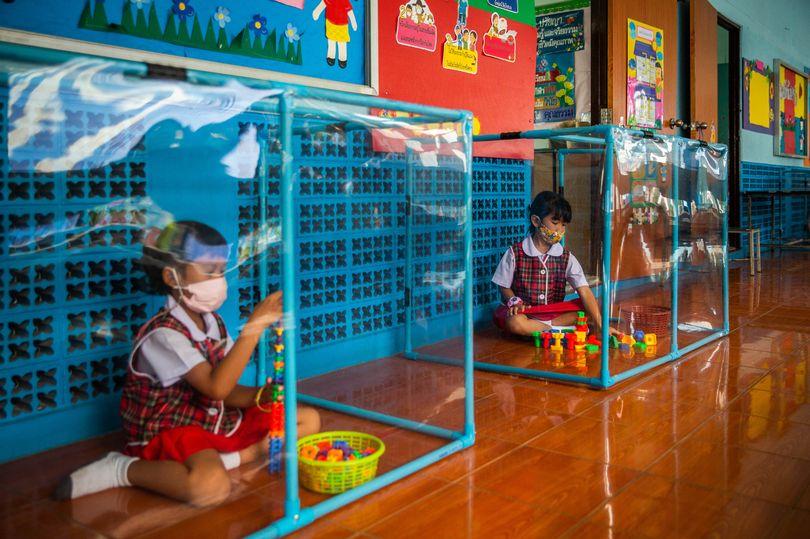 Coronavirus - les écoliers sont isolés dans des boîtes en plastique en Thaïlande2